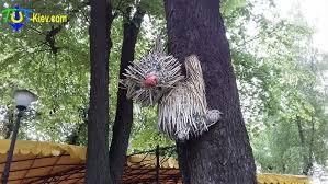 Скульптуры котов на деревьях в Золотоворотском сквере